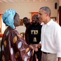 La Présidente du Réseau Siggil Jigéen, Mme Safietou Diop, en compagnie du Président américain Barack Obama lors de sa visite en juin 2013. –