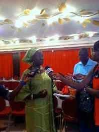 Mme Safietou Diop, Présidente du Réseau Siggil Jigéen, accorde des entrevues aux médias présents lors de la journée de mobilisation.