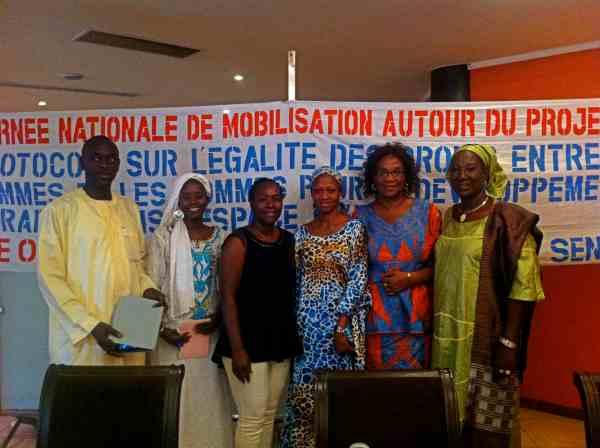Les membres de l'équipe du RSJ lors de la journée nationale de mobilisation autour du projet de Protocole sur l'égalité des droits entre les femmes et les hommes dans l'espace CEDEAO. Septembre 2013